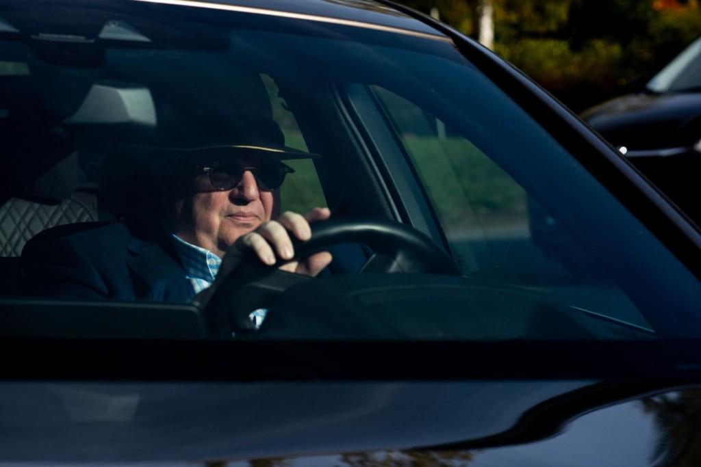 Mies ajaa autoa